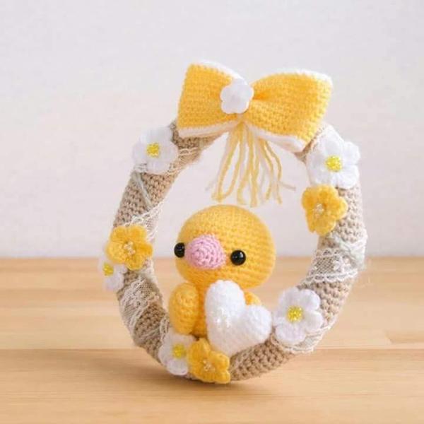 Guirlanda decorada com a técnica de amigurumi