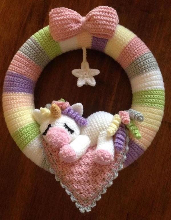 Guirlanda colorida decorada com a técnica de amigurumi