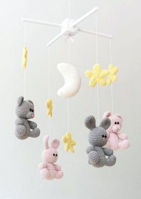 Móbile feito com ursinhos, estrelas e lua amigurumi
