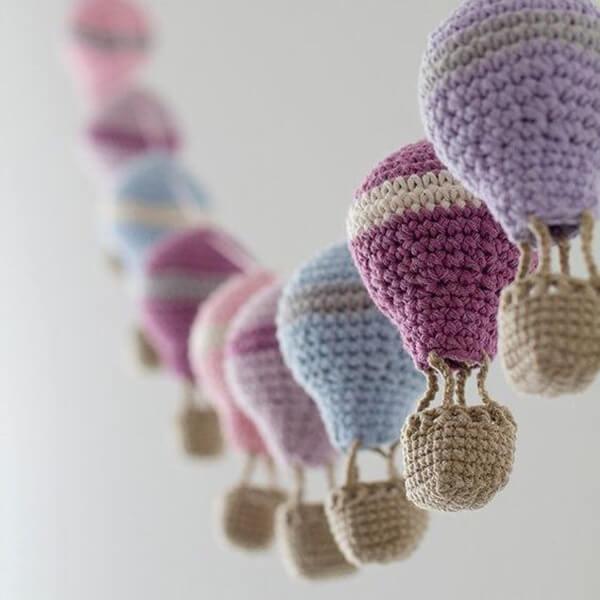 Móbile de balões de amigurumi