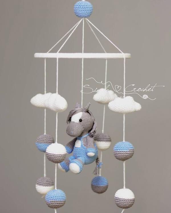 Móbile de cavalinho e nuvens de amigurumi