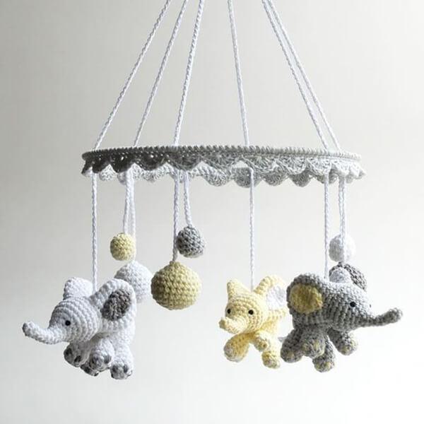 Móbile de elefante amigurumi em tons de cinza e amarelo