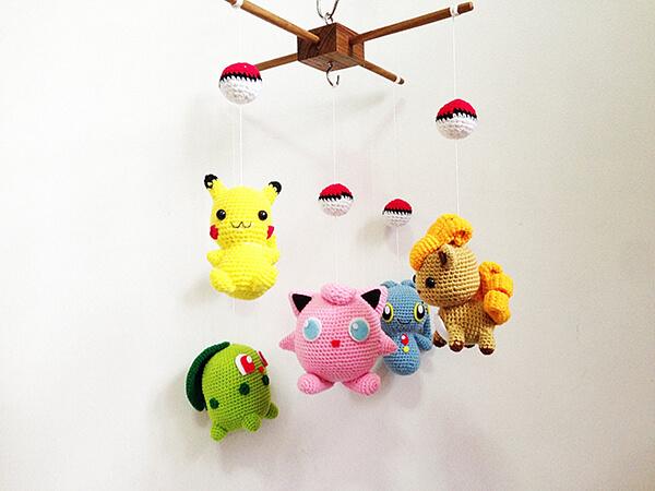 Móbile de feito com personagens do pikachu amigurumi