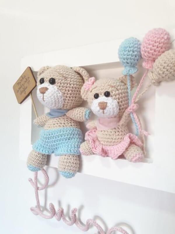 Quadrinho de amigurumi com ursinhos e balões