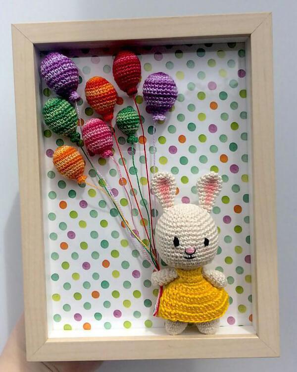 Quadrinho de amigurumi com coelhinho e balões