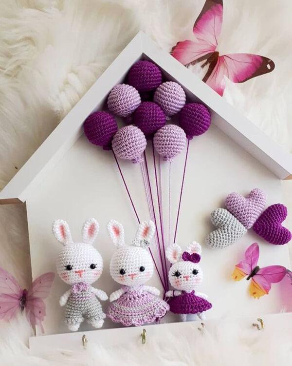 Quadrinho de amigurumi com coelhinhos e balões