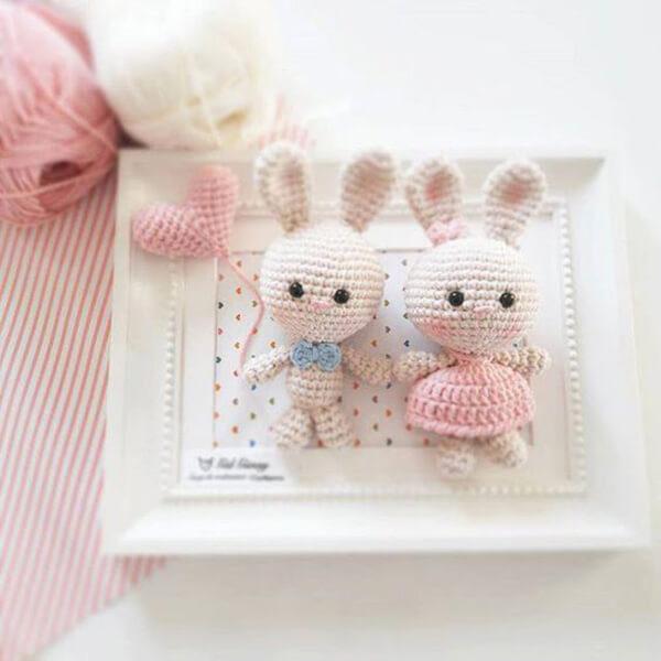 Quadrinho de amigurumi com coelhinho e coração