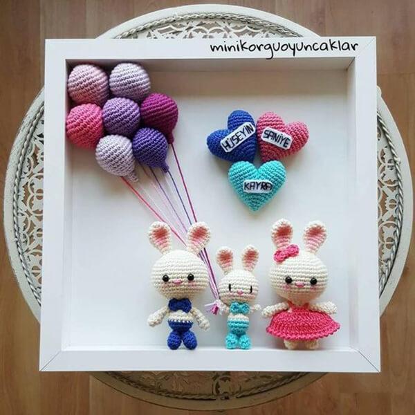 Quadrinho de amigurumi com coelhinho, balões e corações