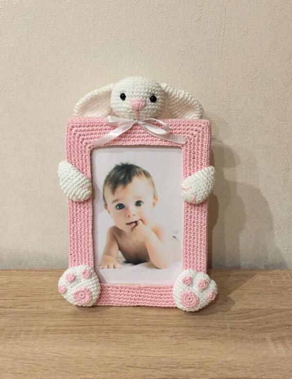 Porta-retrato de coelho amigurumi em tons de rosa e branco