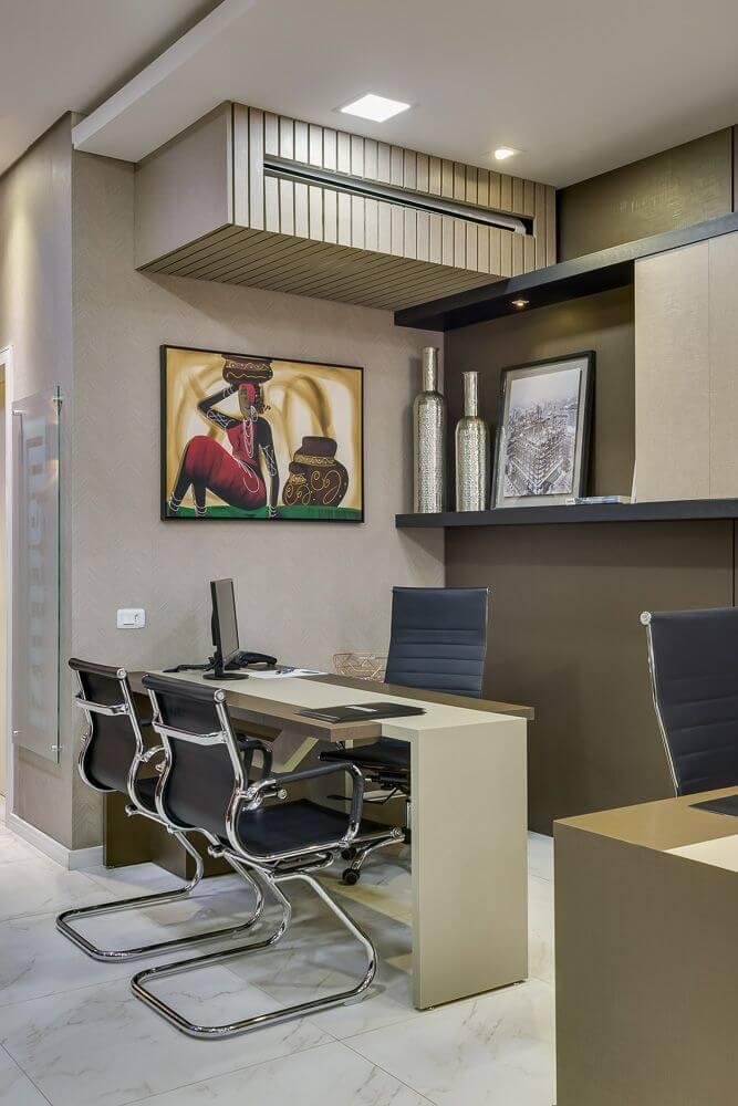 ar condicionado split - área de trabalho com quadros decorativos e ar condicionado escondido