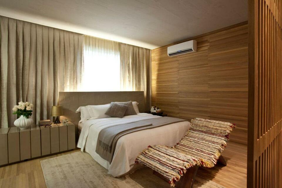 ar condicionado split - quarto com paredes de madeira