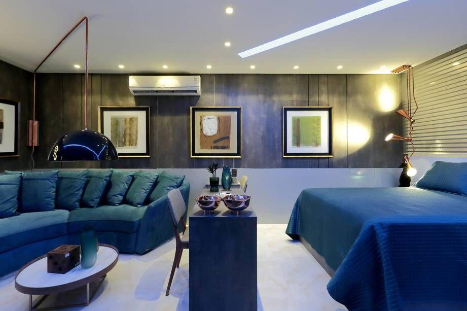 ar condicionado split - quarto com sofá em tons de azul