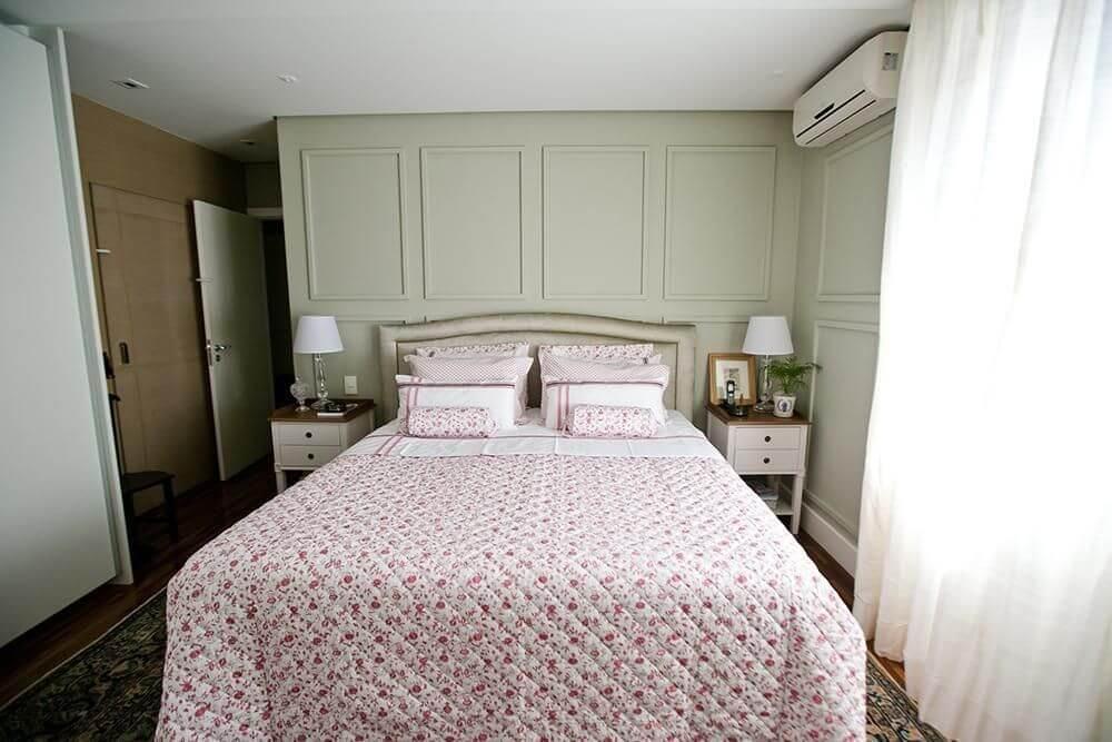 ar condicionado split - quarto de casal com criado mudo branco