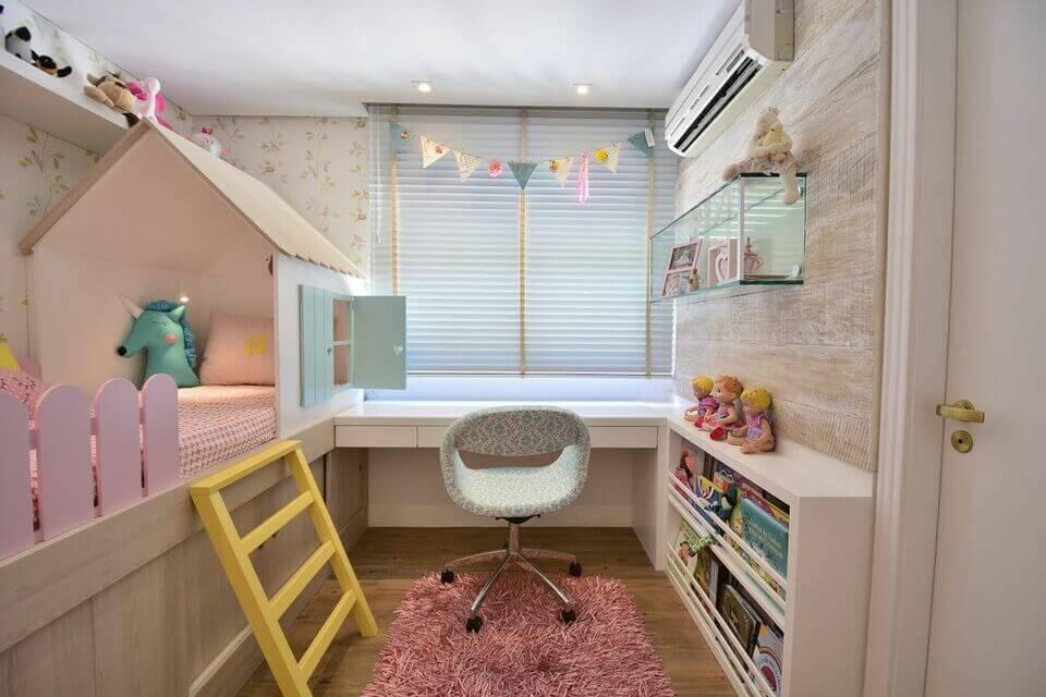 ar condicionado split - quarto menina com cama de casinha e escrivaninha