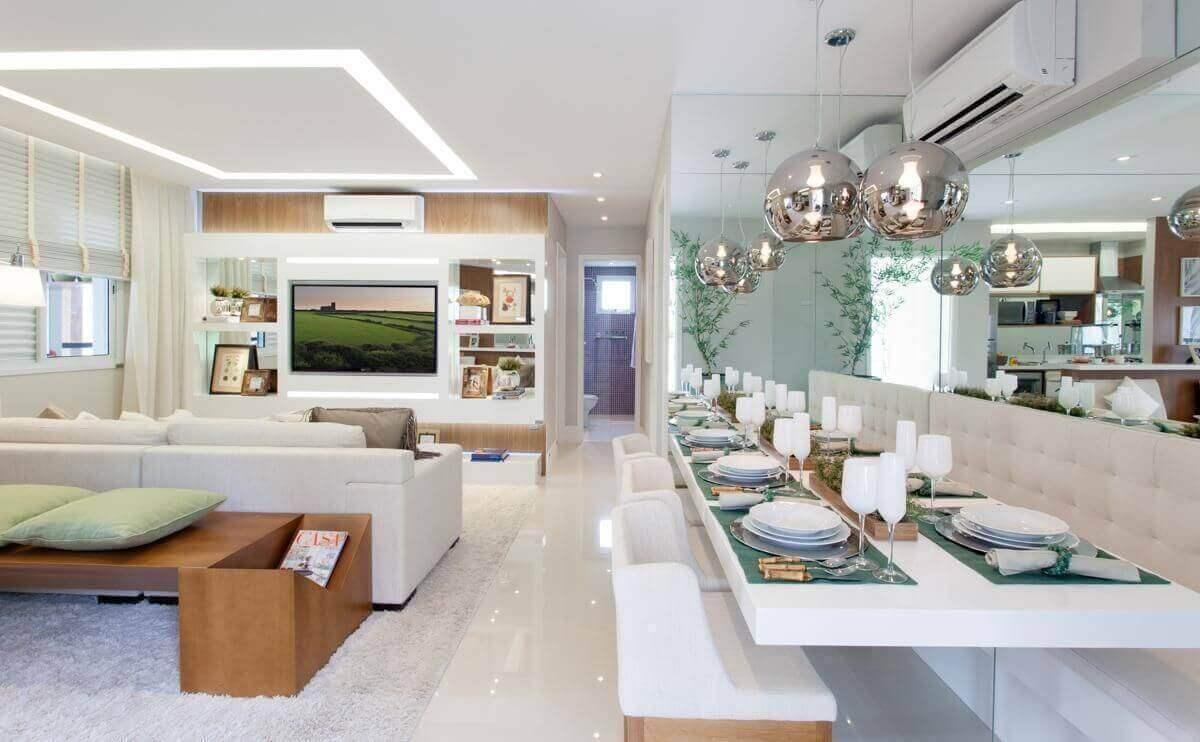 ar condicionado split - sala de jantar com parede espelhada