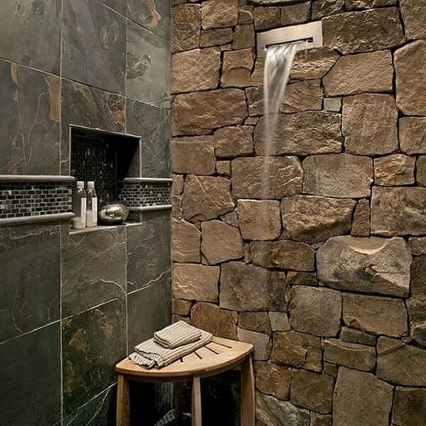 Banheiro rústico com revestimento de ardósia