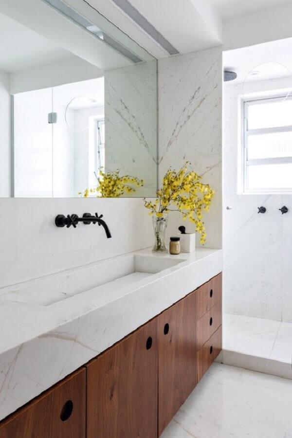 armário de banheiro de madeira planejado para decoração de banheiro branco  Foto Casa de Valentina
