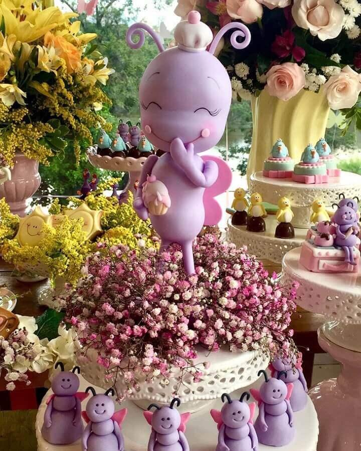 arranjo de flores e borboleta de brinquedo para decoração de festa da galinha pintadinha Foto Jolie de La Vie