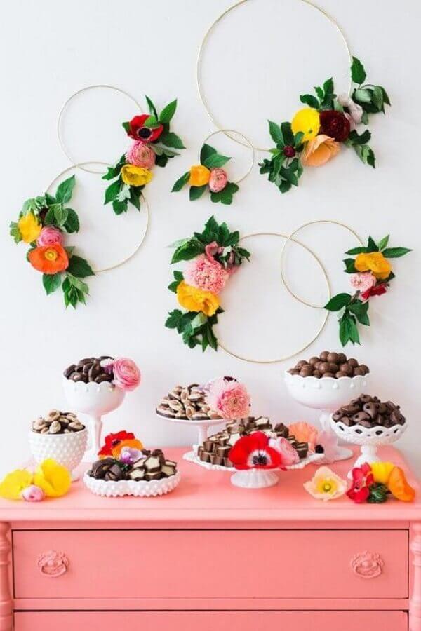 arranjo de flores para decoração de mesa de guloseimas simples Foto Weddbook