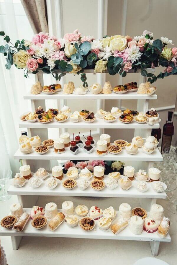 arranjo de flores para mesa de guloseimas simples e diferente Foto Pinterest