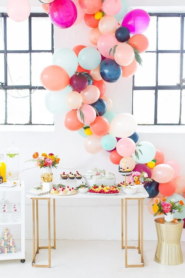 arranjos de bexigas coloridas para decoração de chá de fralda  Foto Sugar & Cloth