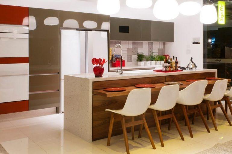 balcão de cozinha com bancada de madeira e cadeiras brancas