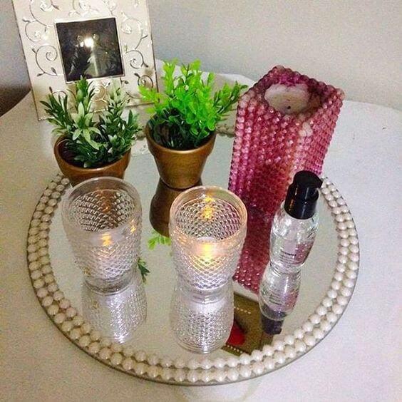 modelo simples de bandeja espelhada com pérolas