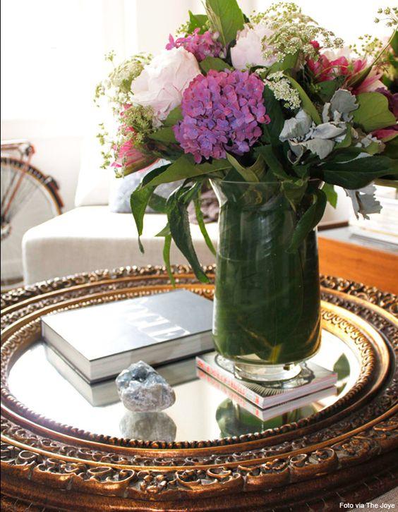 bandeja espelhada com livros e vaso de flores