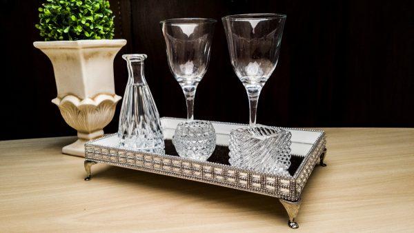 Use a bandeja espelhada na decoração da sua sala de estar