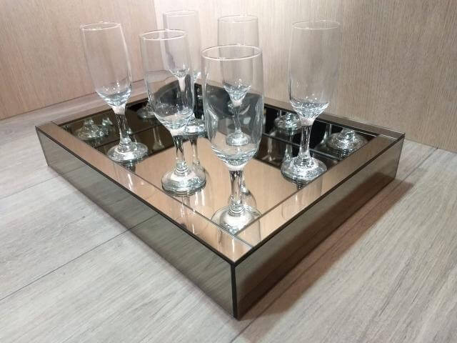 Bandeja espelhada para sala de estar com taças de cristal