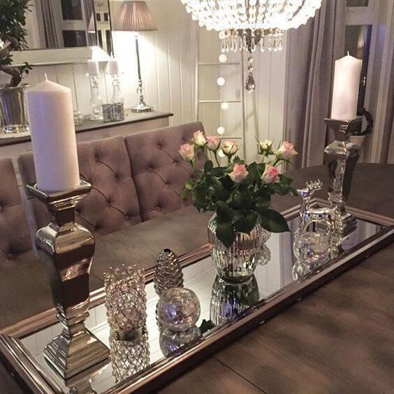 Use a bandeja espelha para decorar a mesa de jantar