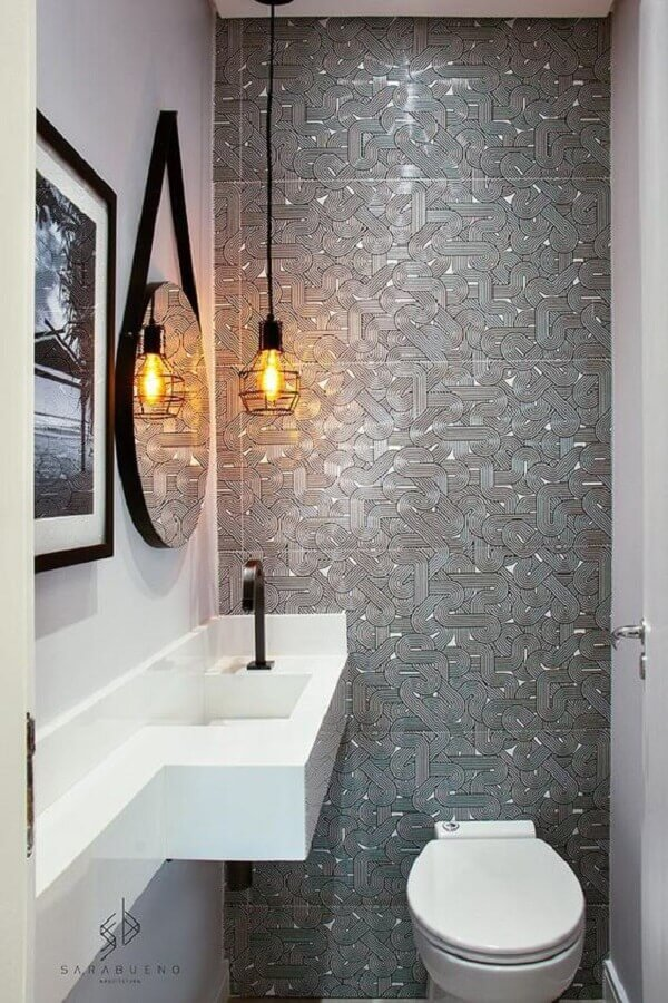 banheiro cinza pequeno decorado com luminária pendente aramado Foto Pinterest