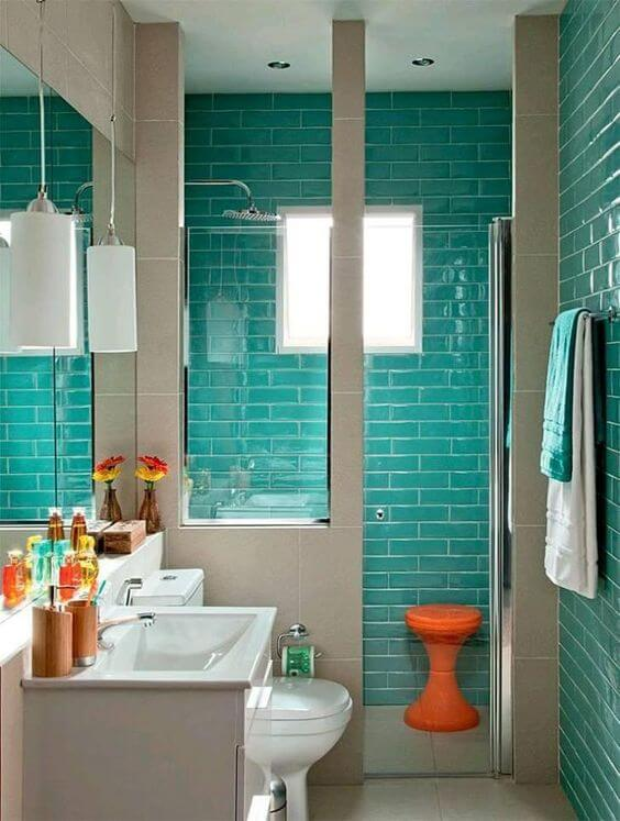 Banheiro com tinta para azulejo na cor tiffany
