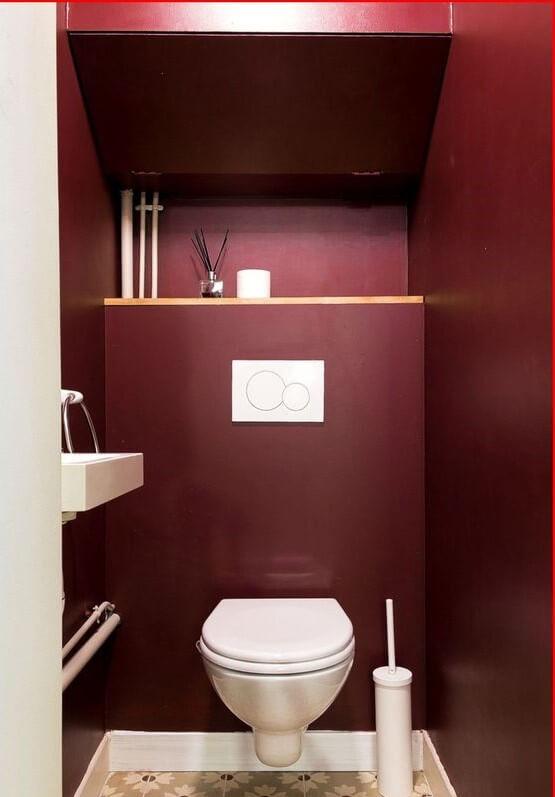 banheiro na cor marsala
