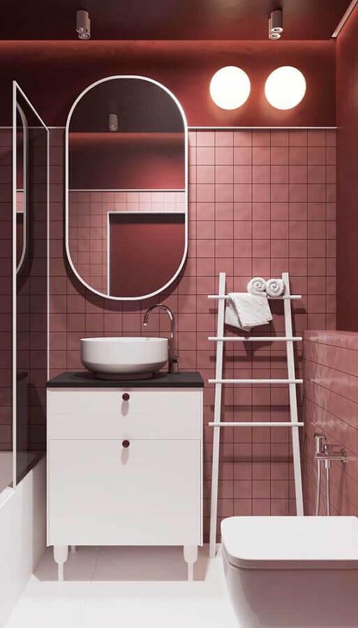banheiro moderno decorado na cor marsala Foto Architizer