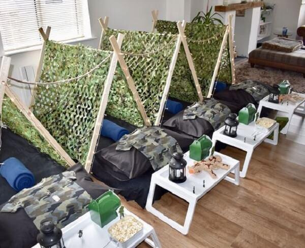 Cabaninha infantil feita com cavalete complementa a decoração com temática de exército