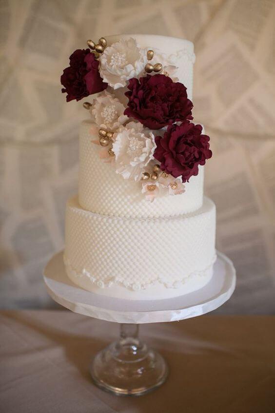 Bolo de casamento branco com flores na cor marsala