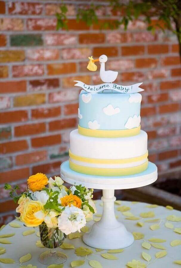 bolo decorado com pasta americana para decoração de chá de fralda  Foto Style Me Pretty