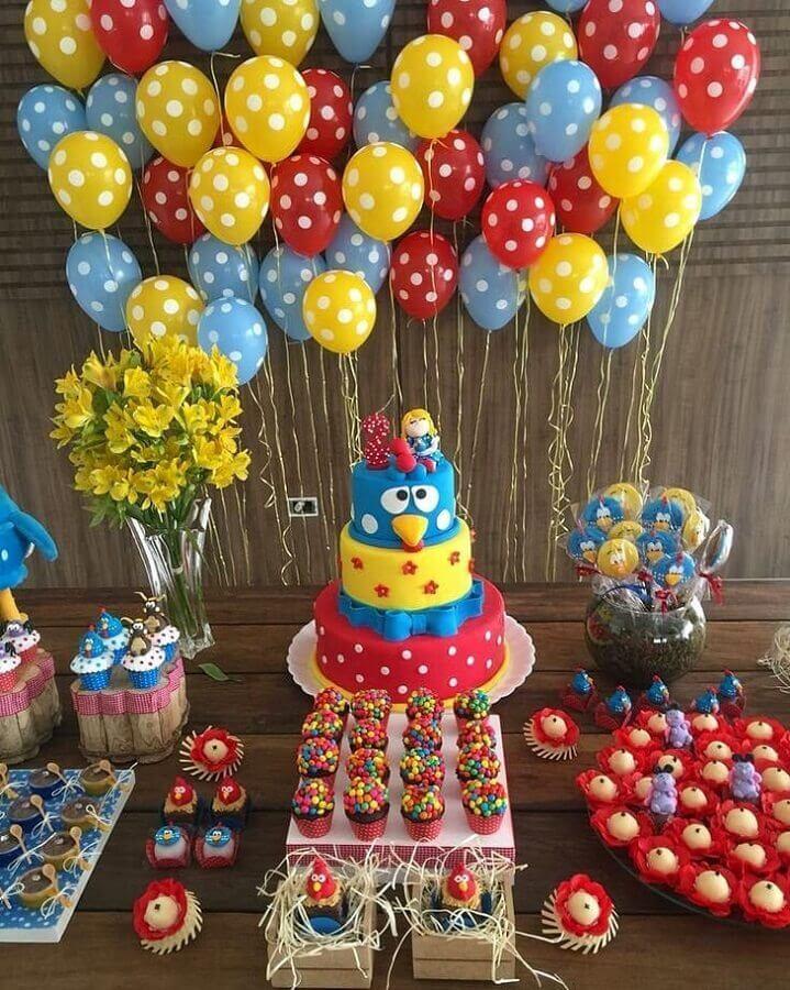 bolo decorado e bexigas coloridas para decoração de festa da galinha pintadinha Foto Você Faz a Festa