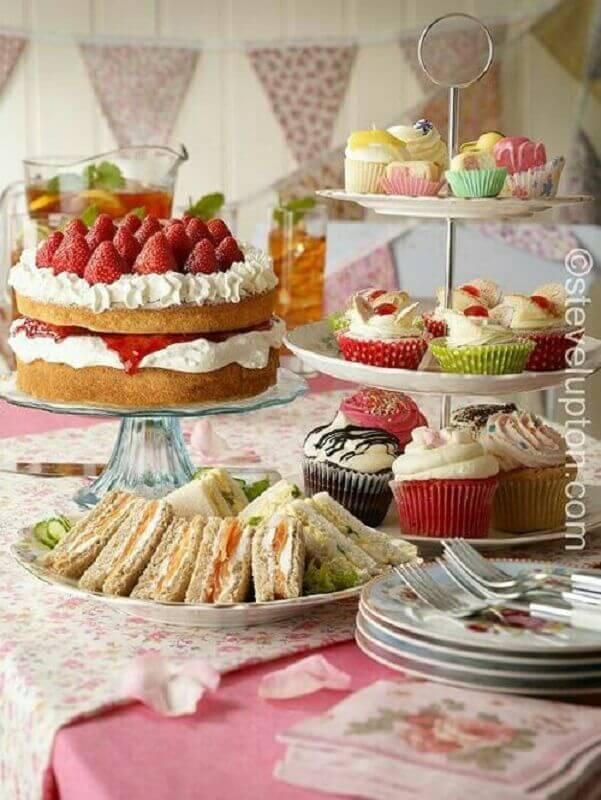 bolo e doces decorados para mesa de guloseimas Foto Pinterest