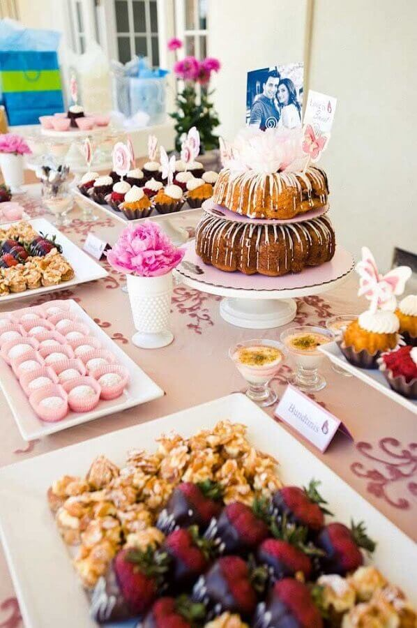 bolo para mesa de guloseimas simples Foto HappyWedd