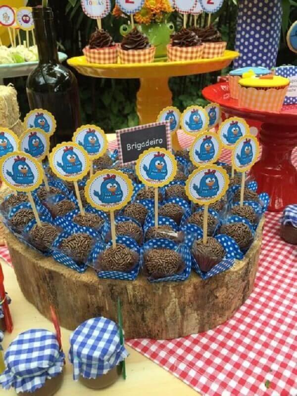 brigadeiros decorados com plaquinhas para festa infantil da galinha pintadinha Foto Pinterest