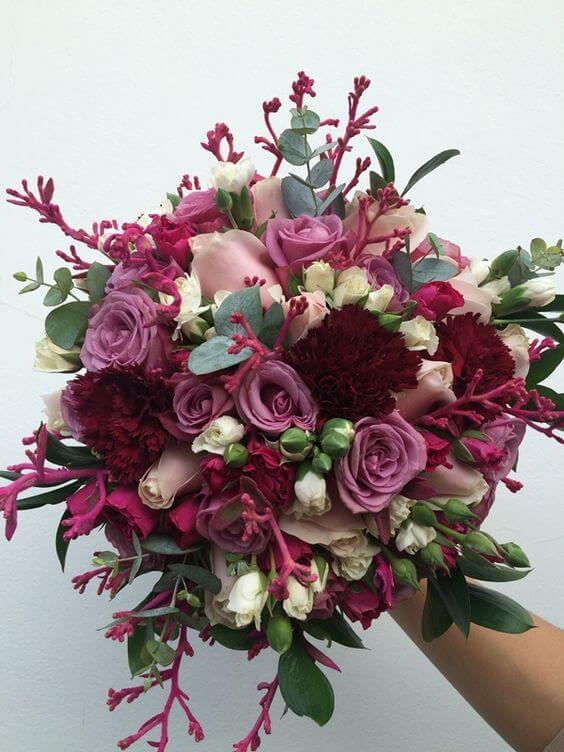 buque de flores na cor marsala