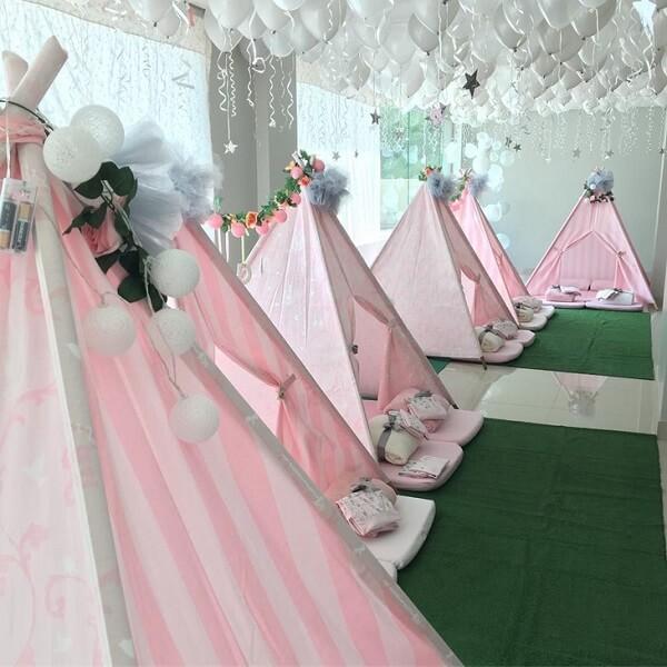 Alugue o salão de festa e espalhe no ambiente cabaninha infantil para a criançada