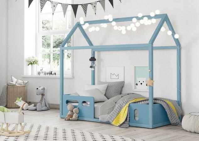 Quarto com cama casinha azul para quarto de menino