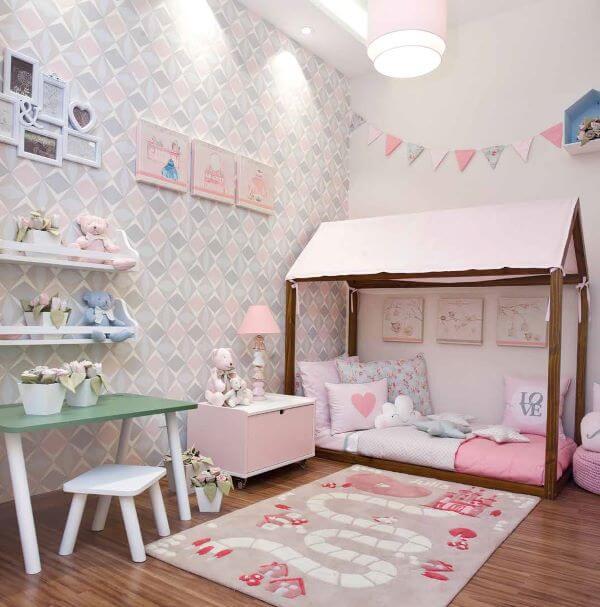 Cama casinha com um lindo tapete para crianças brincarem