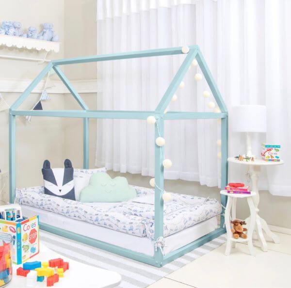 Cama casinha com luzes e decoração azul