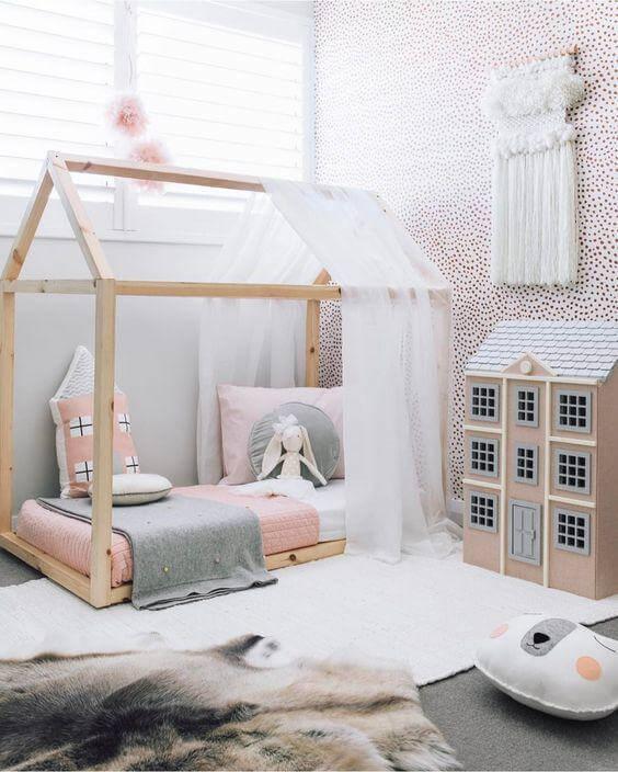 Cama casinha com cortina de renda