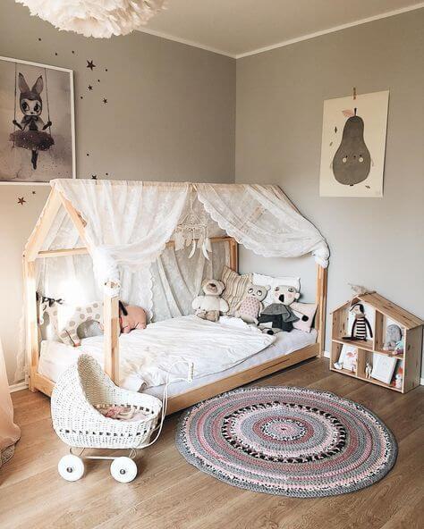 Cama casinha montessoriana neutra com cortina de renda