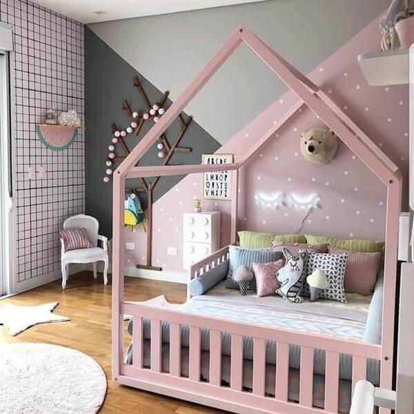 Cama casinha montessoriana para quarto rosa e cinza